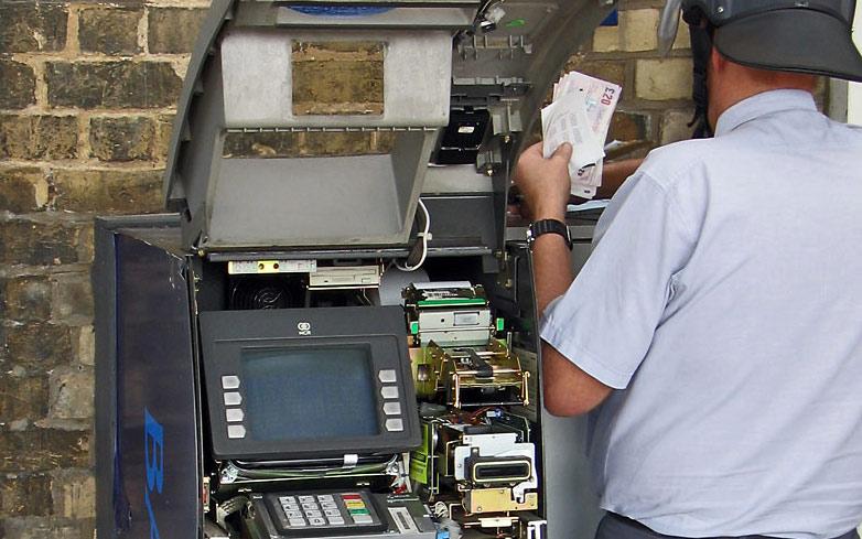 В питерском метро на глазах у пассажиров ограблен банкомат на 4,5 млн руб Специальным оборудованием воры вскрыли...