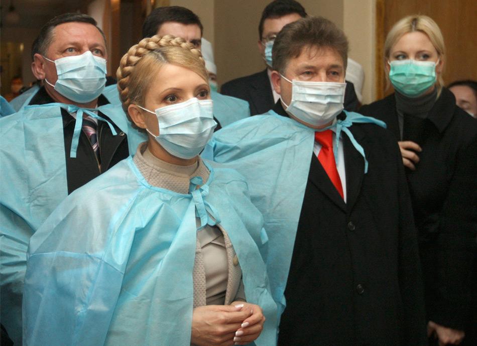 6. Юлия Тимошенко (на тот момент еще Премьер-министр Украины ) в маске во время визита в районную больницу в Луцке в 400 км от Киева в понедельник 9 ноября 2009 года. Выборы президента Украины в январе 2010 г. могли быть отложены из-за свиного гриппа. Об этом официально заявили представители украинского правительства.  (AP Photo/Aleksandr Prokopenko)
