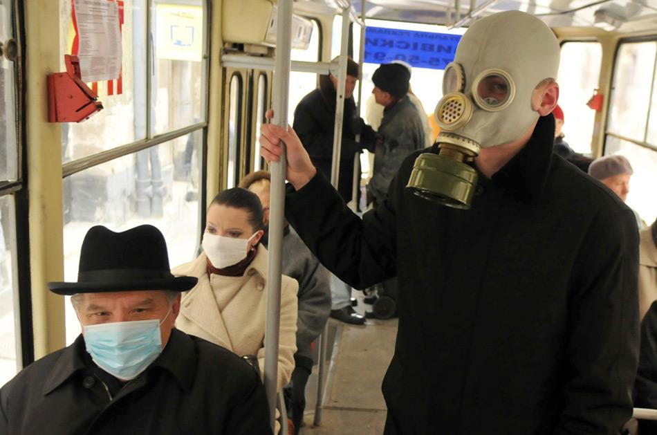 13. Молодой человек в противогазе в западно-украинском городе Львове 4 ноября 2009 года. Всемирная организация здравоохранения сообщает, что большая часть случаев гриппа на Украине были вызваны вирусом H1N1. (YURIY DYACHYSHYN/AFP/Getty Images)