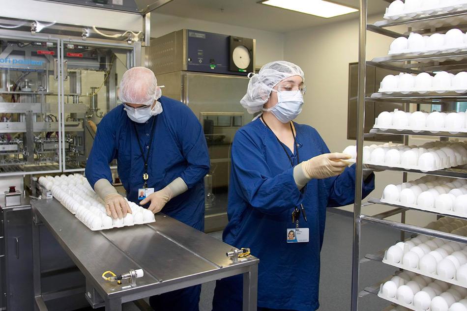 15. Техники проводят пробный прогон по изготовлению вакцины на промышленном предприятии в Свифтвотер, штат Пенсильвания. Несмотря на повышенный спрос на вакцину против вируса H1N1, ее производство отстает от графика, и власти сообщают, что из-за давления на фармацевтические компании производство вакцин от обычного гриппа, в котором используются миллионы куриных яиц, может также застопориться. (AP Photo/Sanofi Pasteur, David W. Coulter)