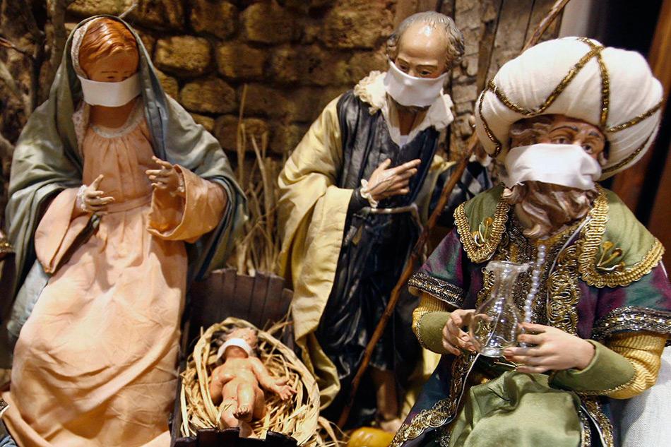 25. Маски на фигурах сцены рождения Иисуса Христа в магазине в городе Неаполе 5 ноября 2009 года, который захлестнула волна эпидемии свиного гриппа. Власти сообщают, что в Италии от вируса погибло 26 человек, а 41 000 человек прошли вакцинацию на начало ноября. (REUTERS/Stefano Renna/Agnfoto)