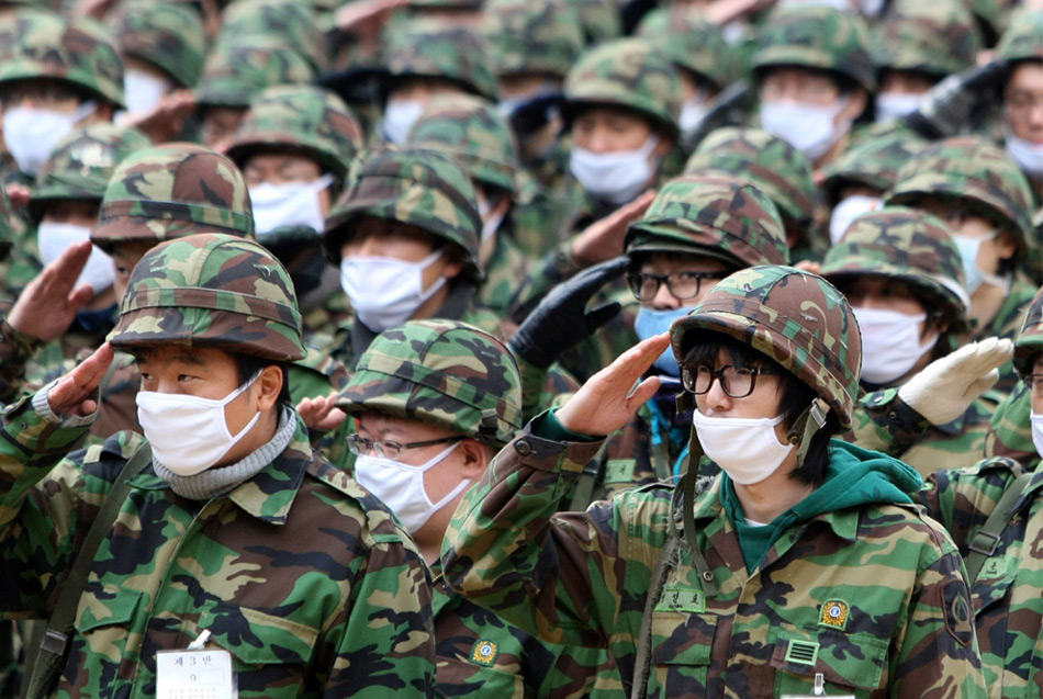 28. Солдаты резервных войск в масках против вируса свиного гриппа принимают участие в учениях на военном полигоне в Сеуле 4 ноября 2009 года. Во вторник Южная Корея повысила свой статус тревоги против вируса гриппа до уровня «красной точки», чтобы приготовиться к возможному чрезвычайному положению в стране, вызванному распространением вируса. (REUTERS/Yonhap)