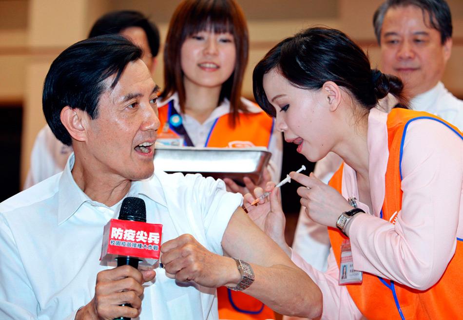 33. Тайваньскому президенту Ма Ин-цзю делают прививку против вируса гриппа H1N1 в начальной школе в округе Тайбэй 16 ноября 2009 года. Ма решил сделать прививку в знак поддержки вакцинации. (REUTERS/Nicky Loh)