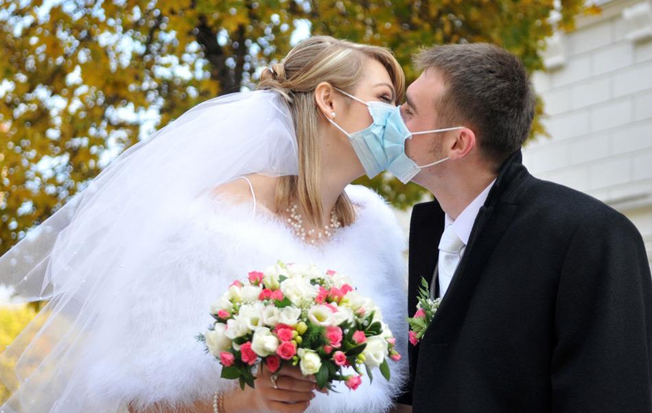 36. Молодожены в масках целуются на выходе из загса во Львове 31 октября 2009 года. (YURIY DYACHYSHYN/AFP/Getty Images)