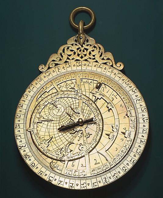Астролябия Али ибн 'Умара ибн Юсуф ибн' Умара ибн аль-Расул Музафари, Йемен, латунь, инкрустированная серебром