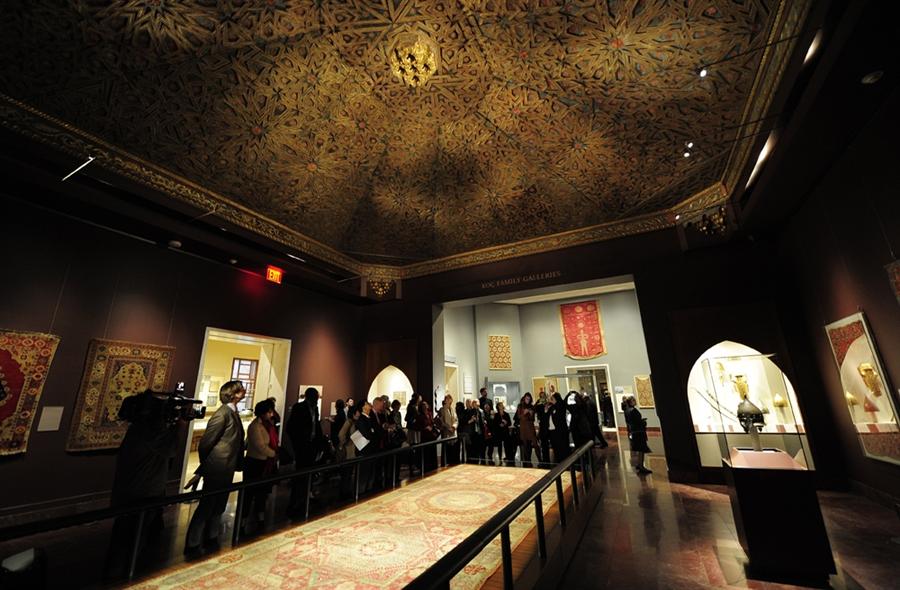 """Посетители рассматривают древние артефакты во время пресс-просмотра новой галереи искусства арабских стран: Турции, Ирана, Средней и Южной Азии в музее"""" Метрополитен"""", Нью-Йорк, 24 октября 2011 года"""