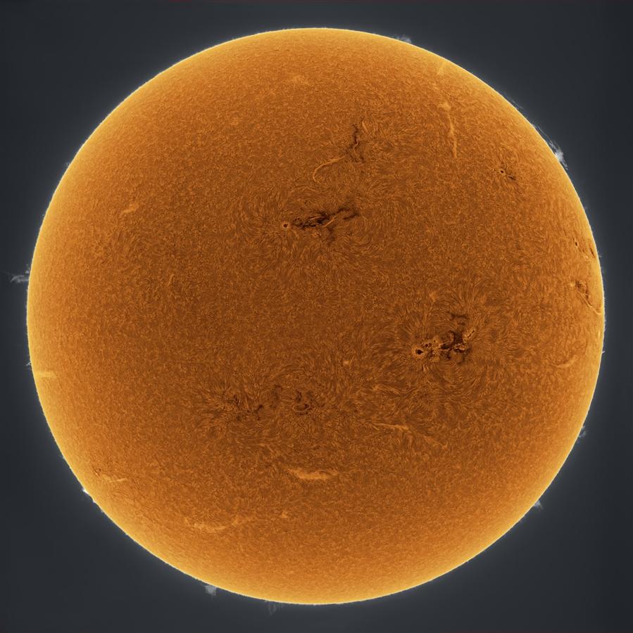 Мощные солнечные пятна и прозрачной вид протуберанцев на Солнце