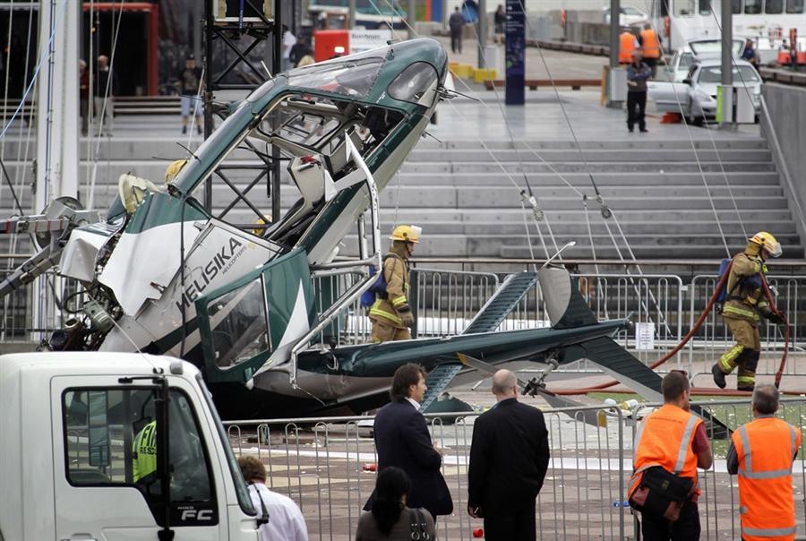 Пожарные на месте крушения вертолета в Окленде, 23 ноября