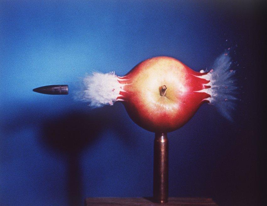 Фотограф Dr. Harold E. Edgerton еще в 1964 году пытался пролить свет на тайны быстрых событий