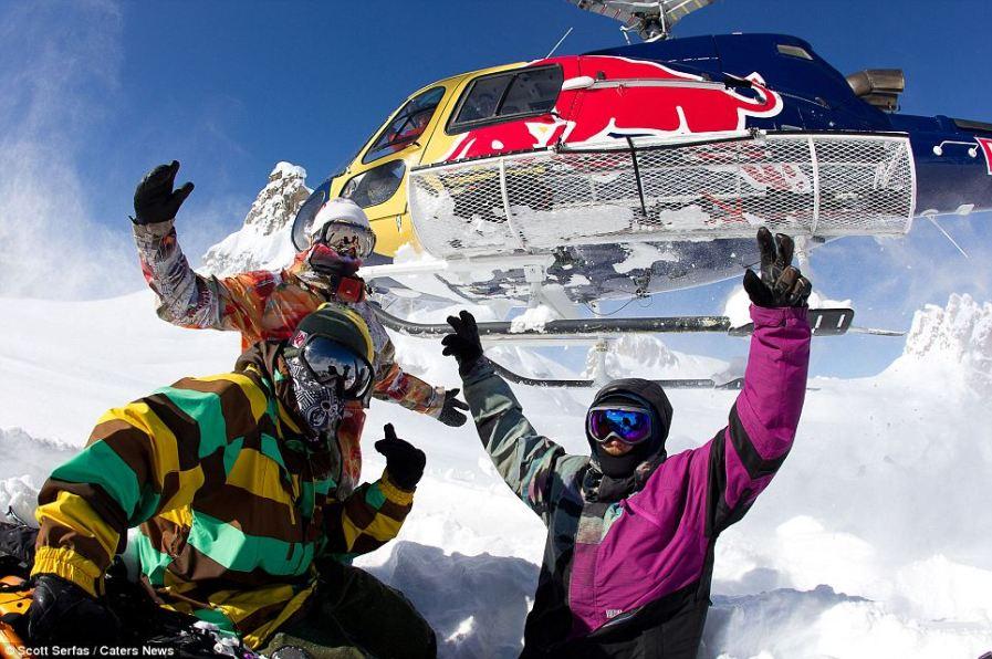 Бесстрашные сноубордисты высадились на пике