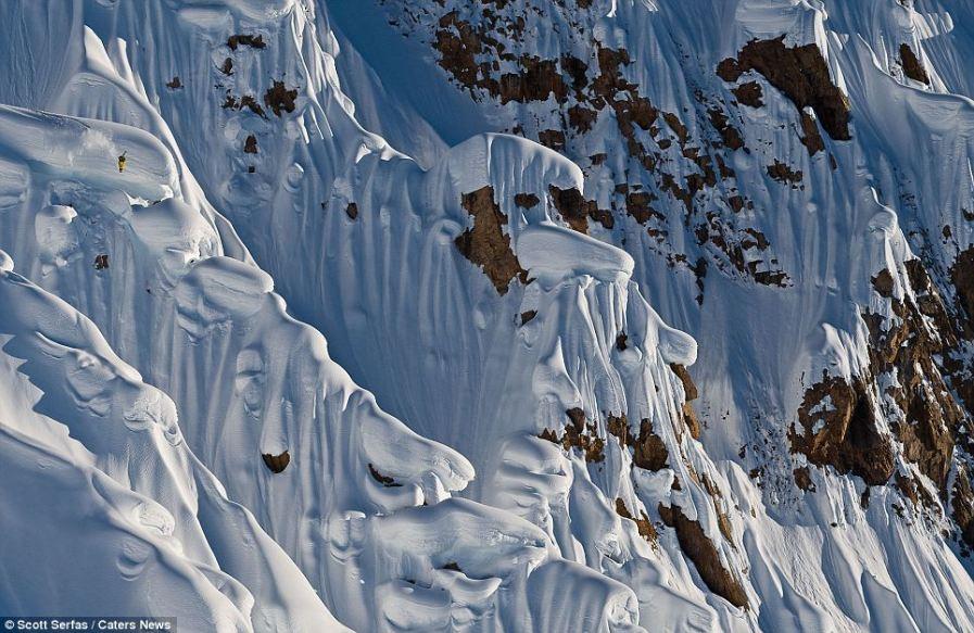 Сноубордист в желтом костюме почти не заметен на склоне
