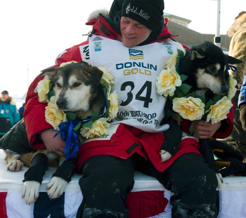 Счастливый победитель со своей собакой Дизель и Гиннесса