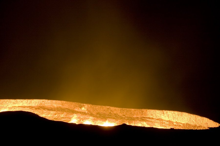 Пылающий кратер в Derweze в Туркменистане
