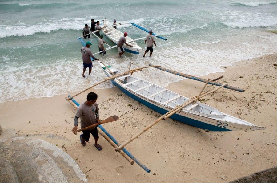 Акулы - источник дохода для местных жителей