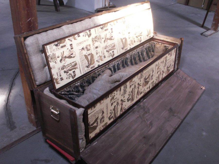 Саркофаг был обнаружен в углу на чердаке
