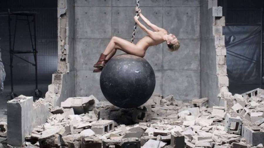 В клипе «Wrecking Ball»
