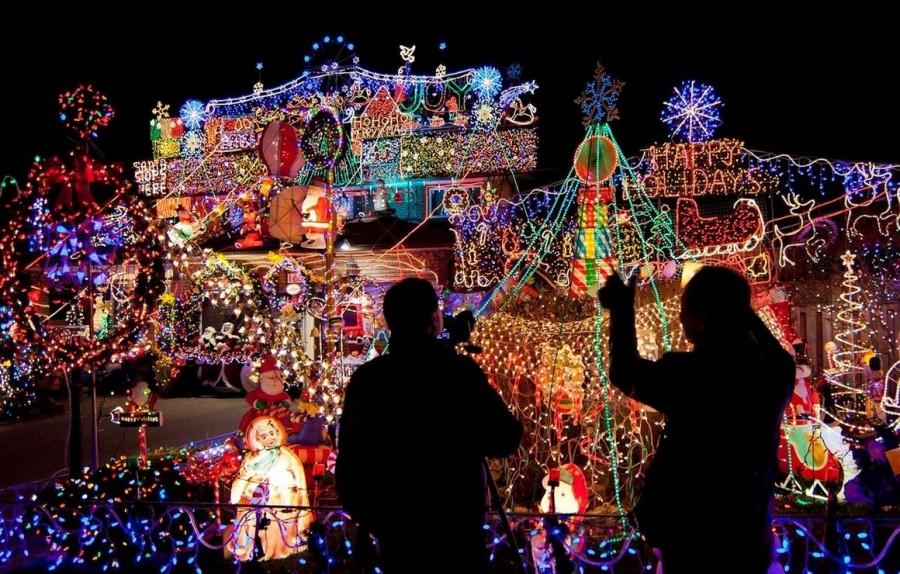 Рождественское световое оформление в Канаде. Прохожие рассматривают причудливые дома в Торонто.