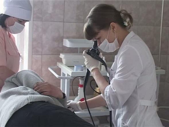 врач работает с цифровым эндоскопом