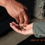Неизвестная в черном помогает бедным