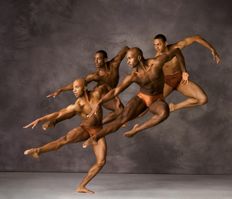 Один из групповых танцев