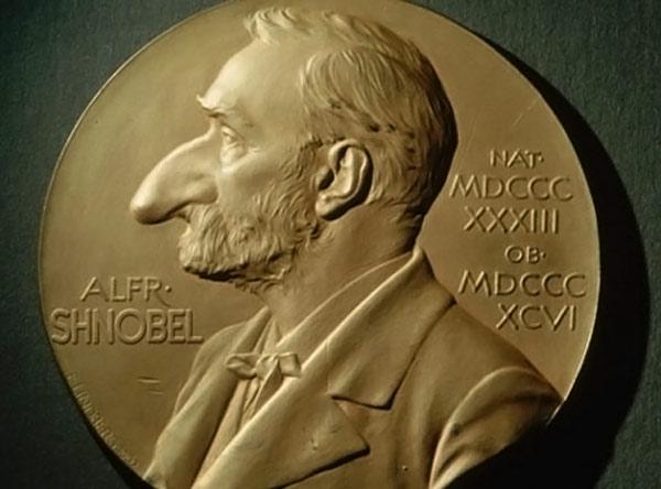 """Медаль, вручаемая вместе со Шнобелевской премией - """"большой красный нос"""""""