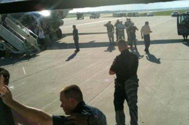 На земле самолет ожидала полиция