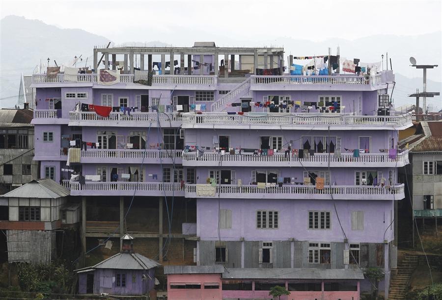 Цион Хан и еще 180 членов его семьи живут в 100 комнатном 4-х этажном доме