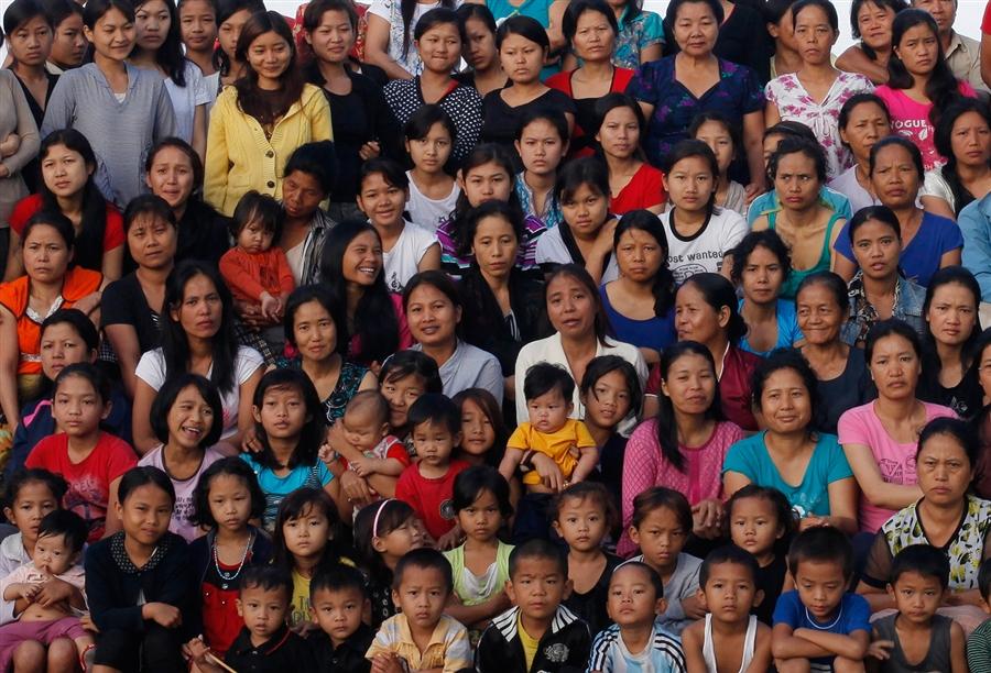 Семья Циона Хана позирует для фотографов, 7 октября, Индия