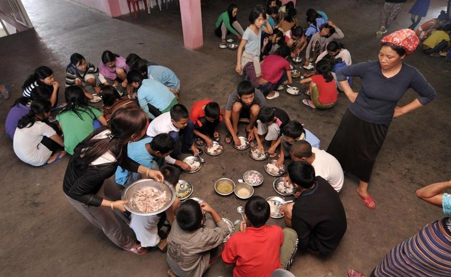 Младшие дети обедают в доме