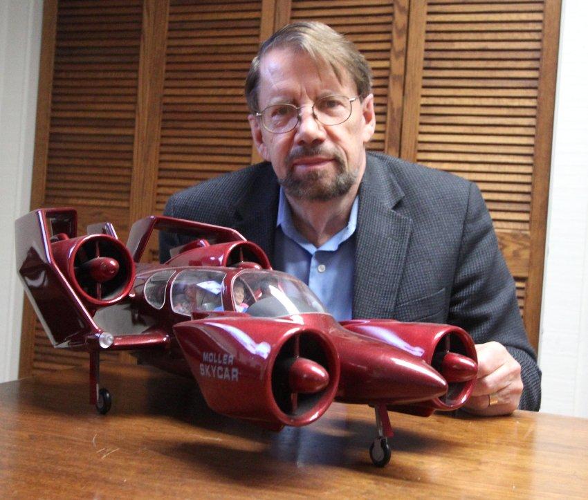 75-летний изобретатель Пол Моллер с моделью
