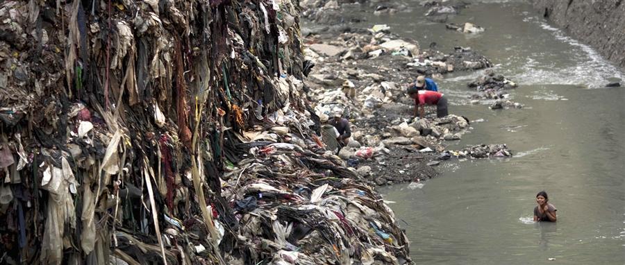 Люди находятся в грязной воде целый день