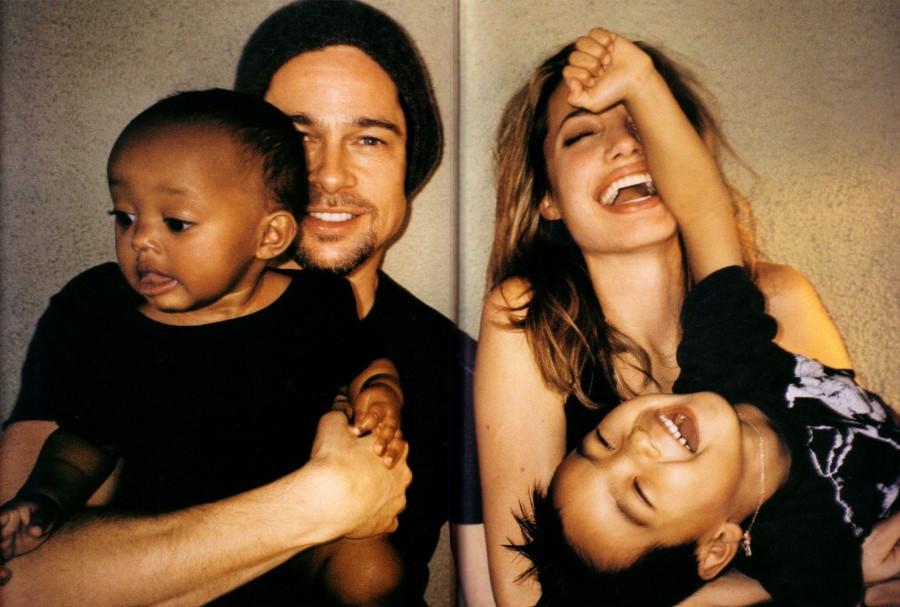 Счастливые родители с двумя приемными детьми