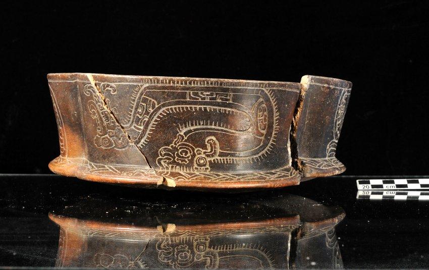 Украшенный горшок из периода расцвета цивилизации Майя