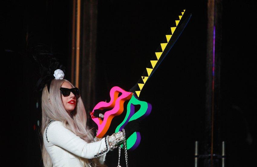 Lady Gaga и ее шокирующие выступления по всему миру