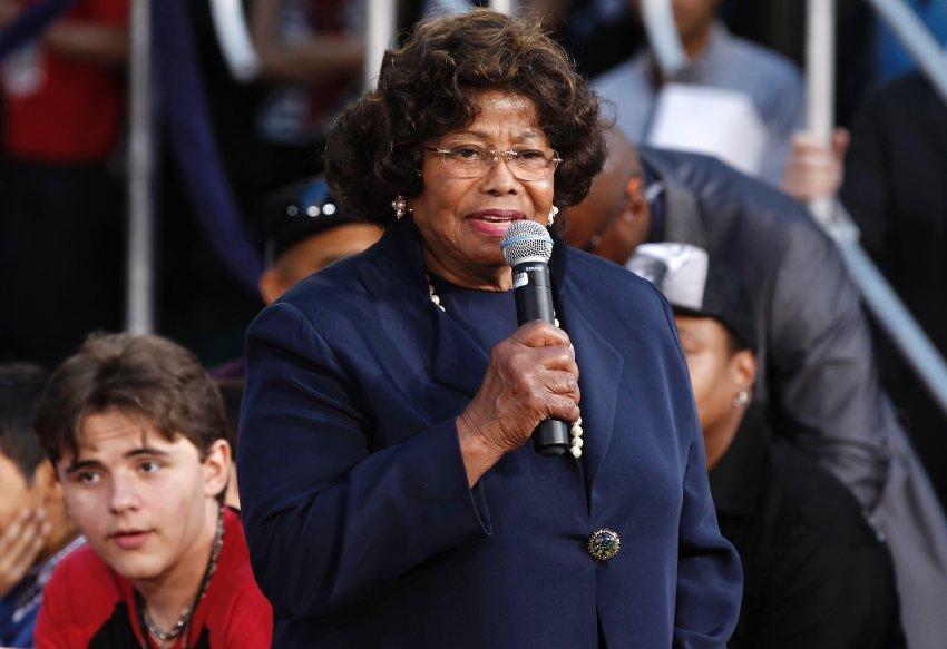 Katherine Jackson произносит благодарственную речь в честь памяти ее сына