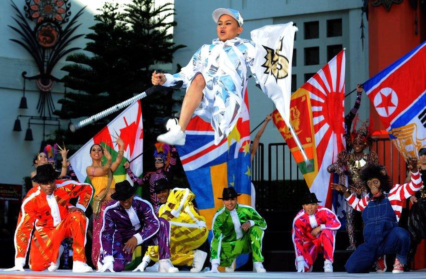Участники Цирка дю Солей в честь Джексона