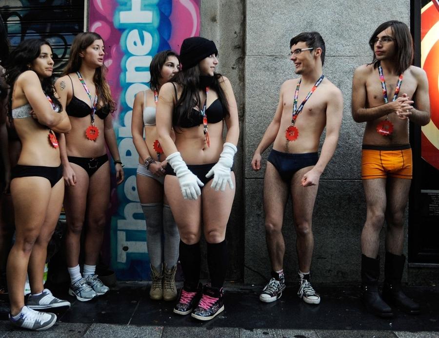 Едва одетые покупатели ждут открытия магазина