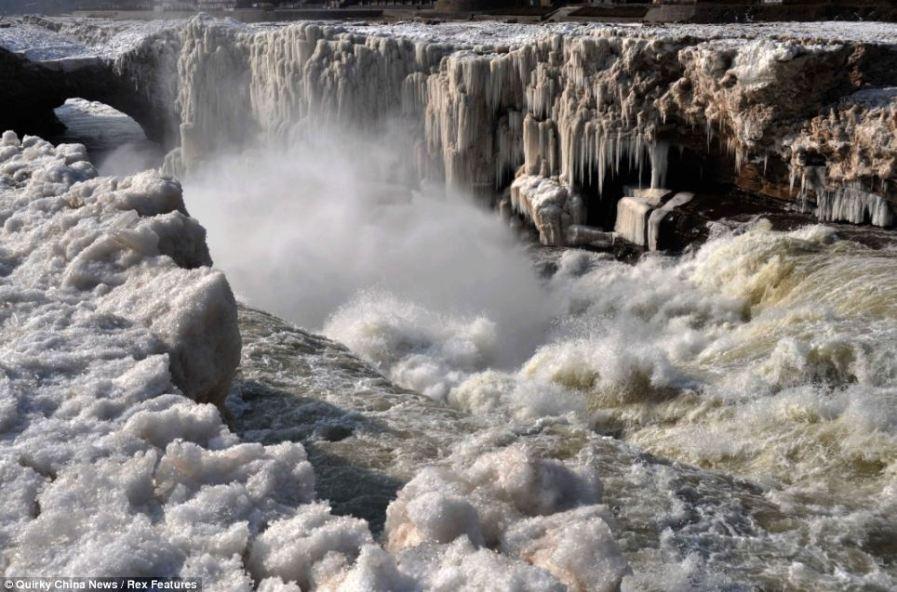 Водопад Хукоу в Китае зимой