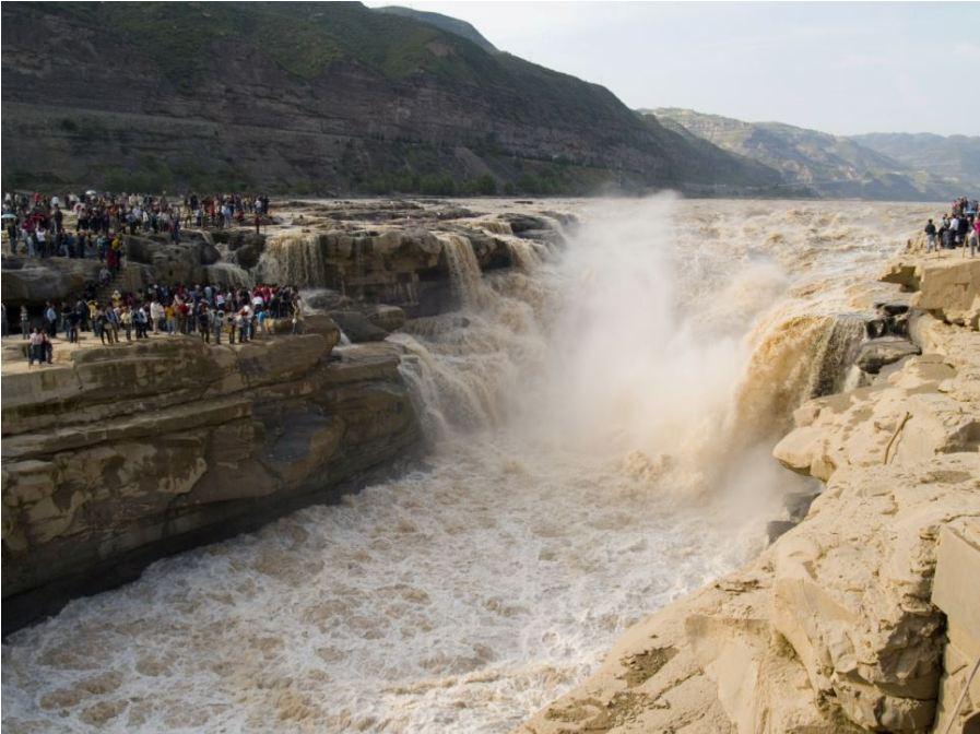 Водопад Хукоу в Китае летом