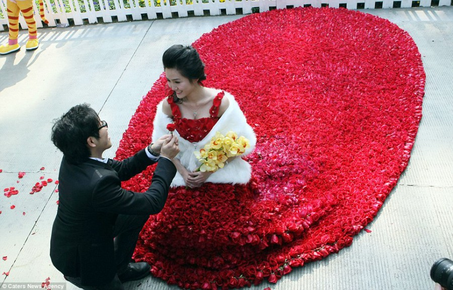 Свадебное платье из 9 999 красных роз