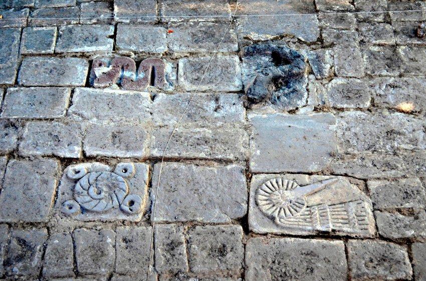 В Мехико археологи обнаружили некоторые плитки изображающие историю ацтекского бога солнца и войны Уицилопочтли