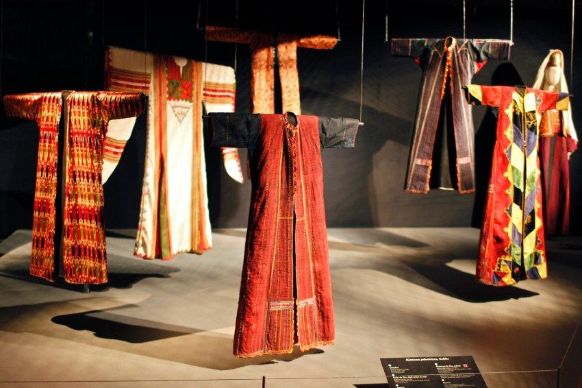 Выставка в Париже палестинской праздничной одежды