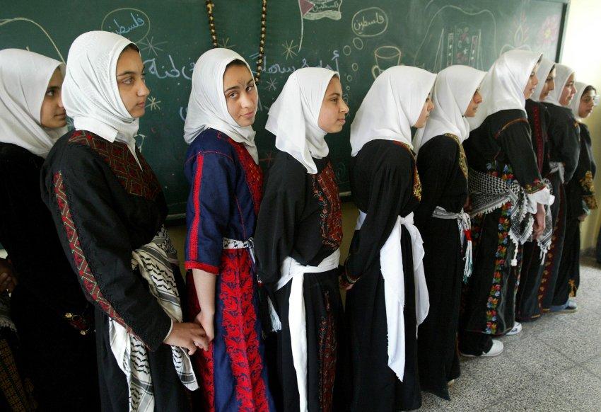 Палестинские школьницы в традиционной одежде