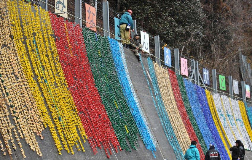 Порт Minamisanriku, бумажные ленты в память о погибших