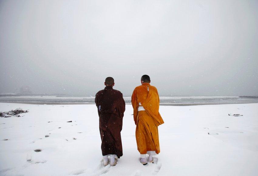 Буддийские монахи молятся на пляже Minamisoma