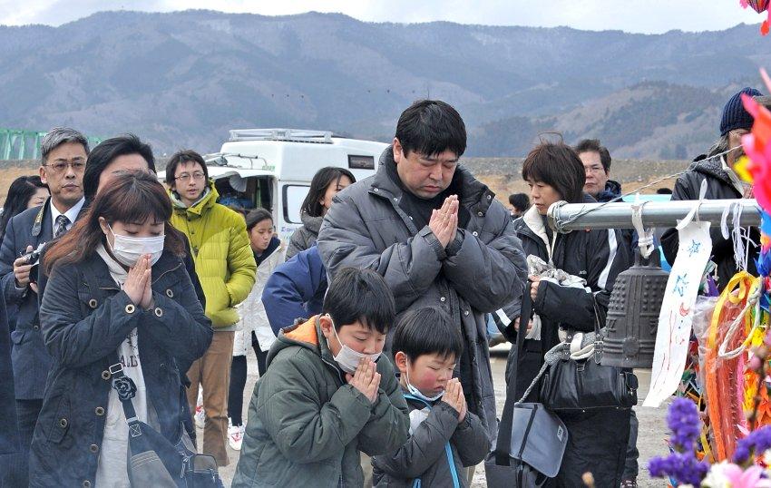 Семья молится в Онагава