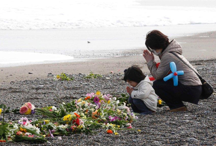 Мать и дочь молятся на пляже, Иваки в префектуре Фукусима