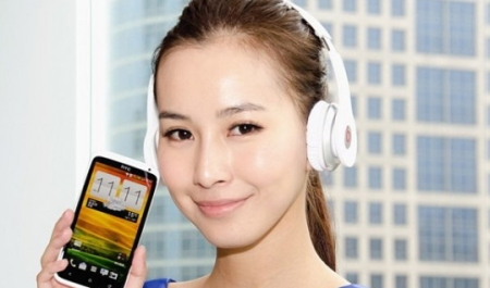 HTC One X Deluxe с наушниками Beats Solo