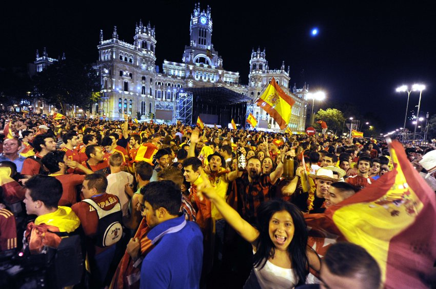 Испанские болельщики празднуют победу