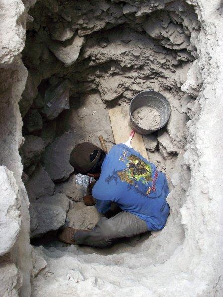 Работы снаружи незадолго до открытия могилы